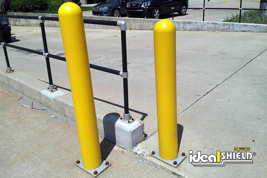 Steel Pipe Bollards With Yellow Bollard Cover